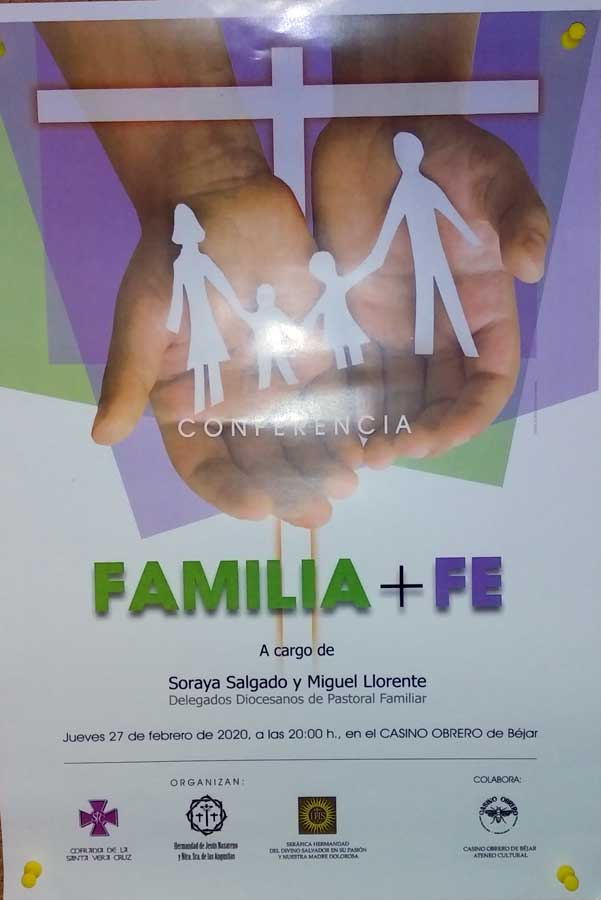 Manos sosteniendo una familia recortada en papel