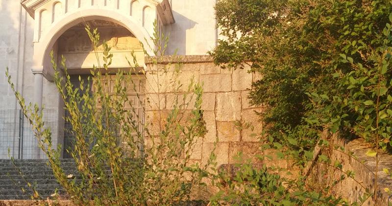 las malas hiervas cercen a su antojo en la escalinata de acceso al  templo de Los pinos