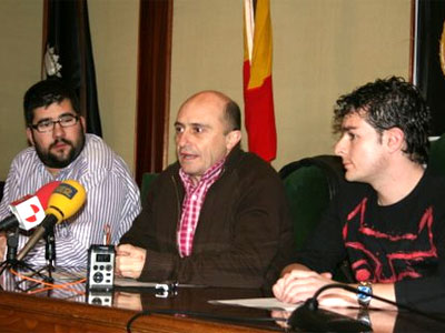 Pepe Viyuela junto al concejal del Ayuntamiento de Béjar y un miembro de Abejarock
