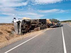 Camión siniestrado a escasos kilómetros de Puente del Congosto