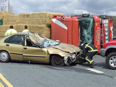 Vehiculo y camión siniestrados, A-66 Km. 415, Béjar