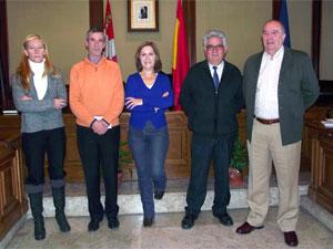Miembros de la Agrupación Bejarana de Zarzuela junto a responsables municipales