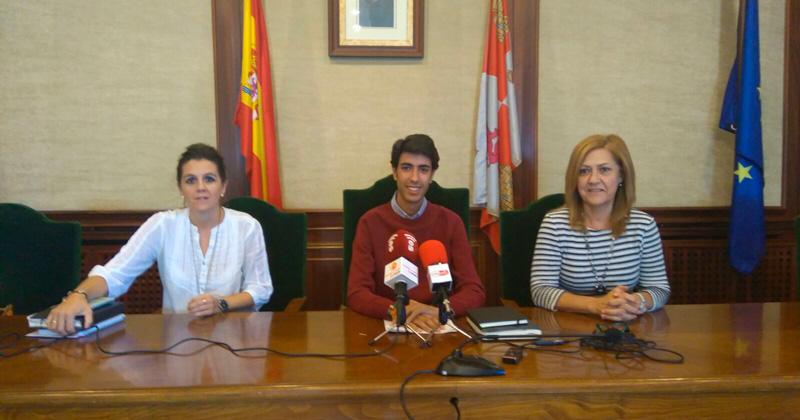 concejales/as presentando el informe de turismo