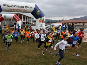 niños toman la salida en una de las pruebas de atletismo