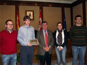 Rubén Díaz junto al Alcalde de Béjar, la concejal de cultura y tutores del CIFP de Béjar