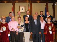 Los homenajeados junto a la corporación municipal