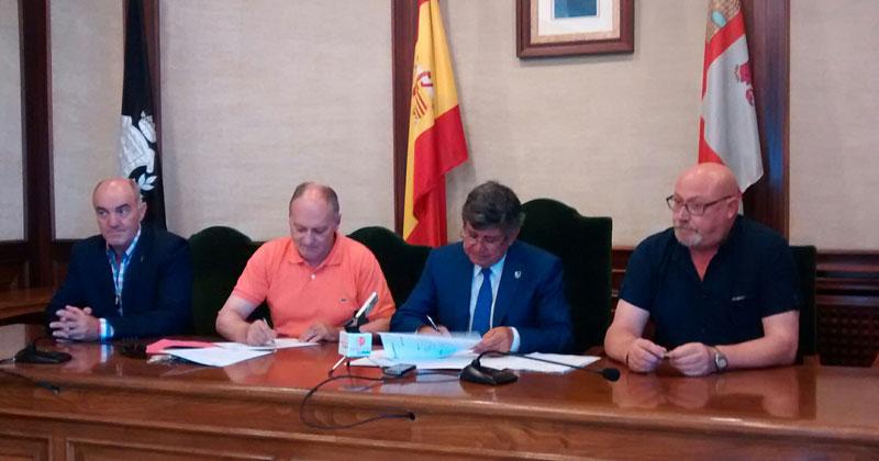 Firma del contrato entre los responsables de UGT y el Ayuntmiento