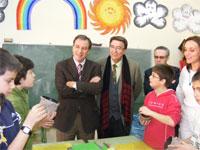 Juan José Mateos y Cipriano González junto a un grupo de escolares de Béjar