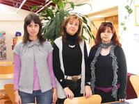 Concejal de Béjar, junto a las técnicos de la Biblioteca Municipal
