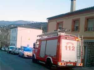 Bomberos durante el incendio en Roda de Viriato. Béjar