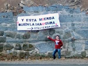 Pancarta colocada en la Curva de la Herradura de Candelario por Izquierda Unida