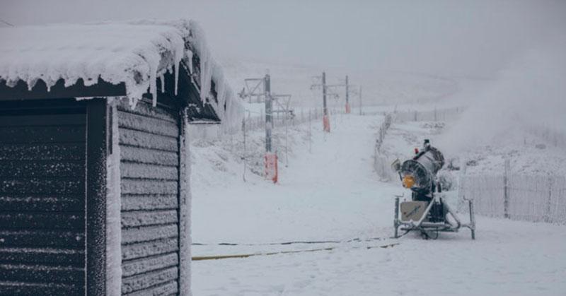 cañones de nieve produciendo nieve artificial en la covatilla de Béjar