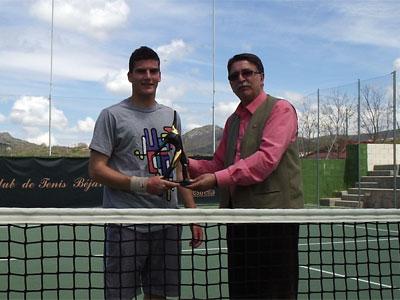 Carlos Domínguez recibiendo el trofeo