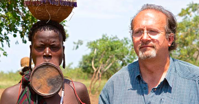 Luis Cuadrado en uno de sus viajes junto a uno  de los miembros de uan tribu de Africa Subsahariana