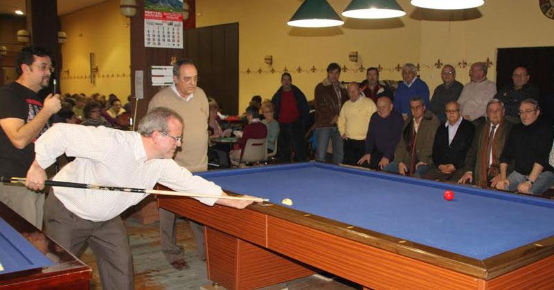 varios jugadores juegan al villar en el casino obrero