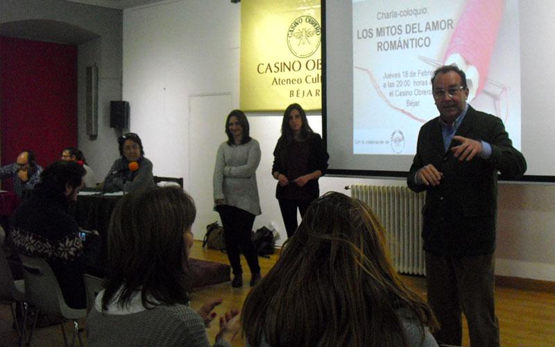 Ramon Hernández garrido presenta la charla de aMDEVE en el Casino Obrero