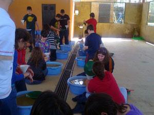 Alumnos realizando actividades en Las Cavenes, El Cabaco