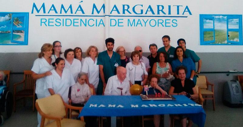 La centenaria junto a personal y compañeros del centr