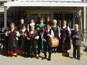 Grupo folklorico a la puerta del Hogar de Mayores