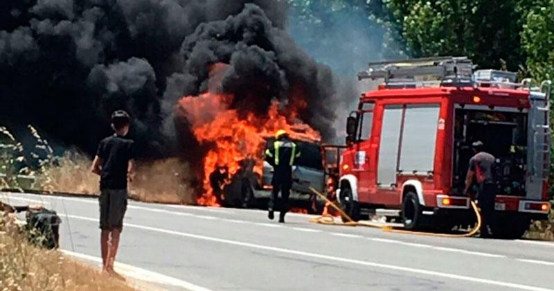 imagen del coche ardiendo