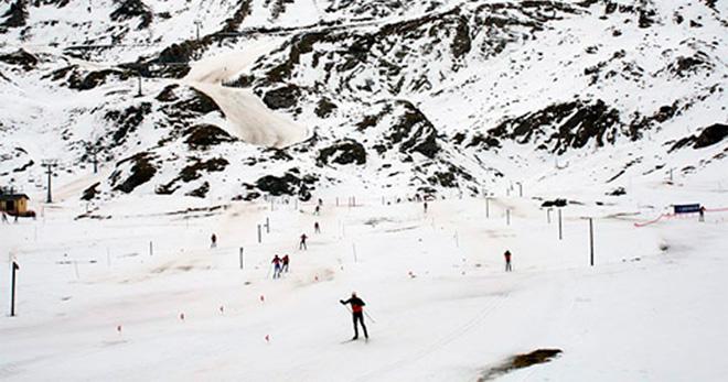 esquiadores descendiendo una pista de esquí