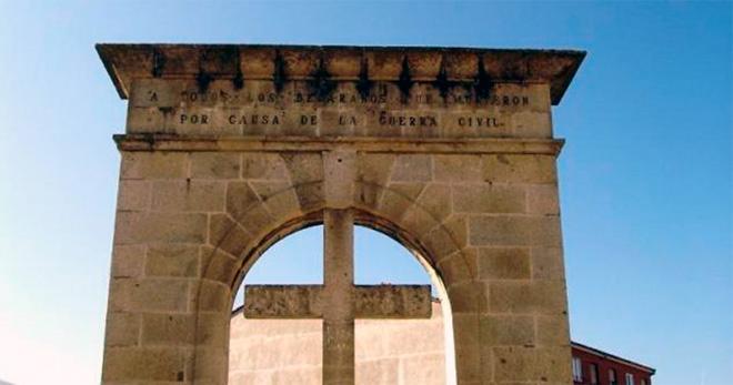 Antiguo arco del triunfo y cruz de los caidos