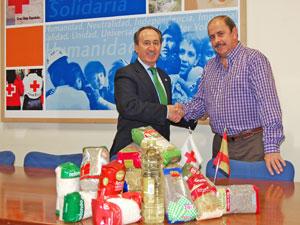 Ángel Sánchez Herrero y Jesús Juanes en la entrega de los alimentos a Cruz Roja Salamanca