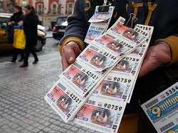 Boletos de la ONCE en las manos de un vendedor