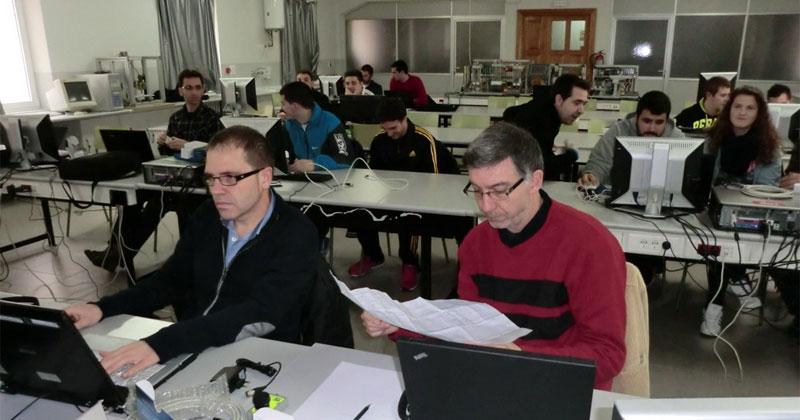 Alumnos  y docentes del CIFP en un aula de formacion