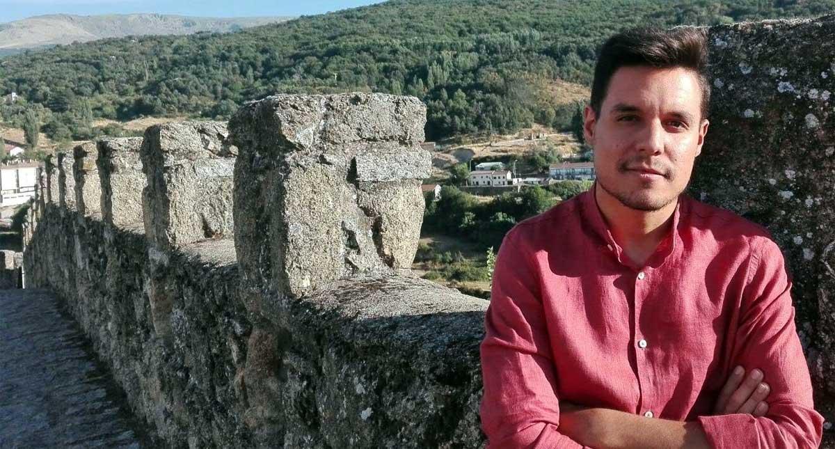 David Panchuelo junto a las murallas de Béjar