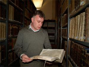 El responsable de la biblioteca de la UPSA, con un antiguo ejemplar.