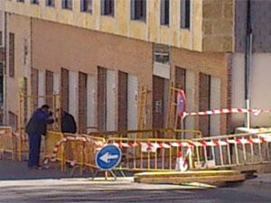 Operarios vallando el edificio Arco del Monte, Béjar