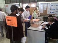 Ciudadanos votando en uno de los colegios electorales de Béjar