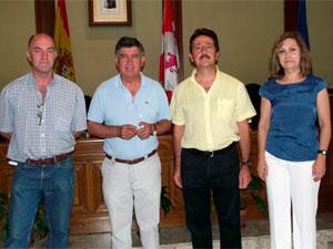 AlejandroRomero, a la izquierda, al ladode Alejo riñones y otros dos concejales
