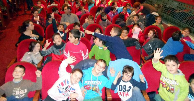 escolares en el patio de butacas del teatro Cervantes