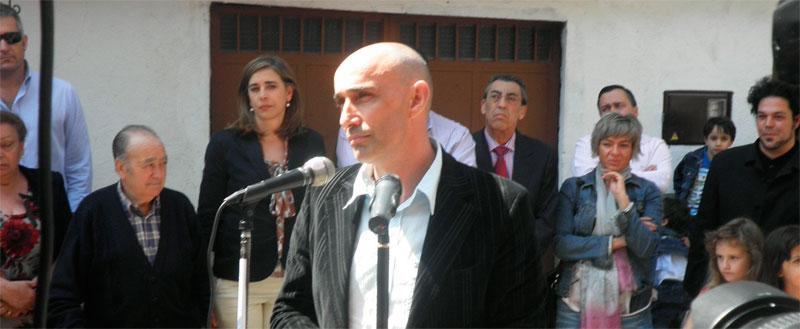 Florencio Maillo se dirige al público antes de una exposicion, en su pueblo natal, Mogarraz