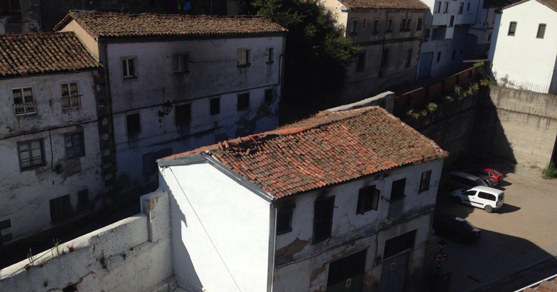 Fachada de la vivienda incendiada en Béjar