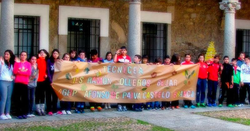 fotografía de lso alumnos en el patio del palacio ducal