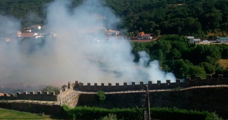 EL humo se podia observar, tras las murallas en el barrio de La Antigua