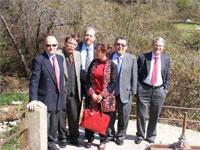Alcalde de Béjar y otras personalidades junto a la Isla de La Aliseda