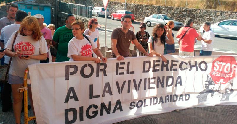 miembros y simpatizantes de IU frente a las puertas del juzgado de Béjar