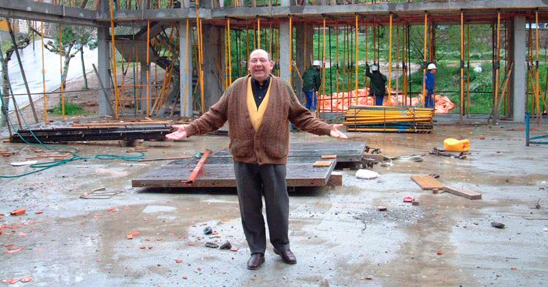 Jacinto Garcia durante las obras del centro parroquial en Bañaduras