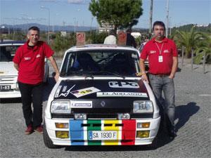 Jose Andres Corsino y Miguel Angel Martinez, junto al Renault 5