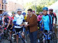 Alcalde de Béjar entregando la placa a Santi Blanco