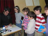 Rafael Salmerón junto a escolares del Marques de Valero de Béjar