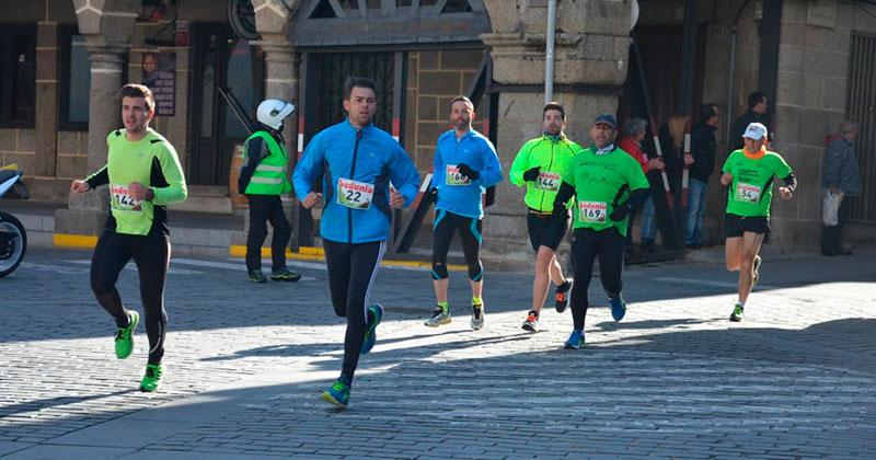 Un momento de la carrera a su paso por la plaza mayor de Béjar