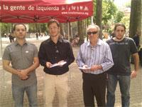 Miguel Flores y Gorza Esparza junto a otros militantes de IU