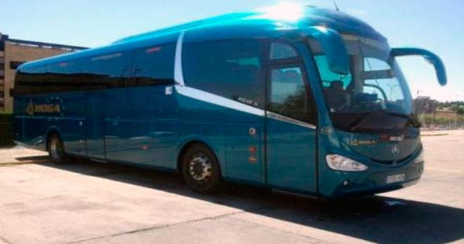 autobus de la empresa Moga a parcado enun anden