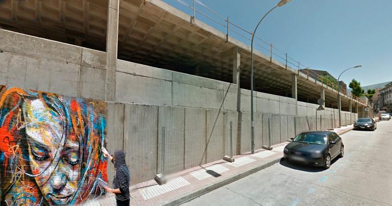 Recreacion de un artista pintando un grafitti en el murallon de Béjar