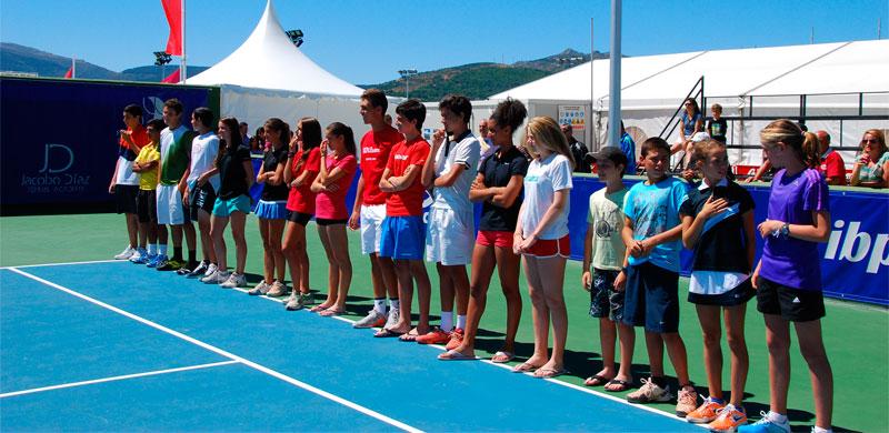 Foto de Familia  en la cancha de tenis de la Cerrallana